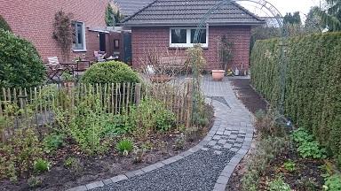 Eine neue Terrasse und Gartenwege aus Splitt und gerumpelte Pflastersteine in anthrazit